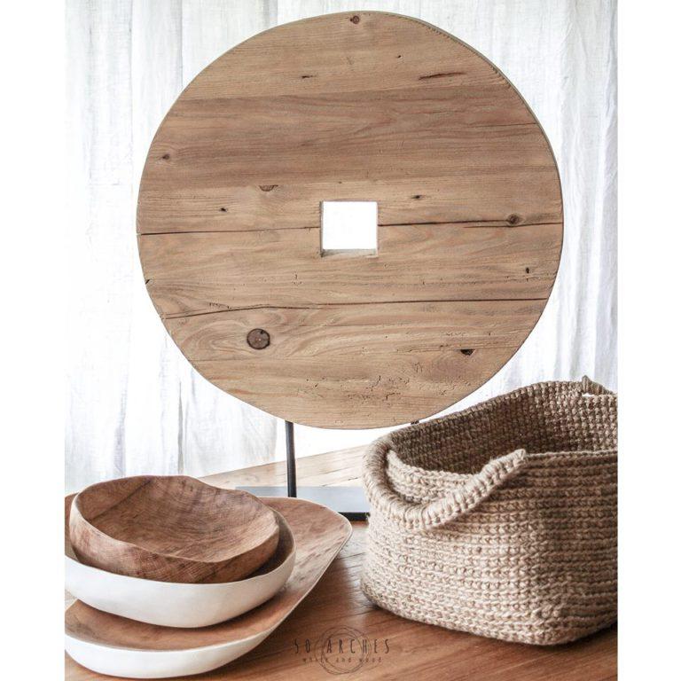 kruh, jutový kôš & drevené misy