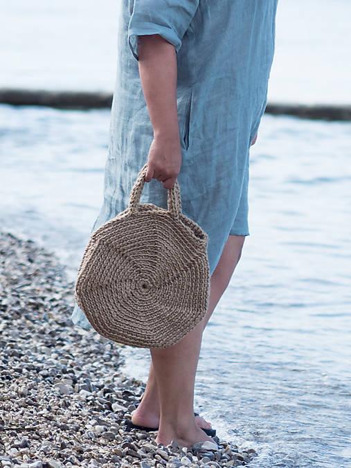 taška z jutového špagátu a ľanové šaty