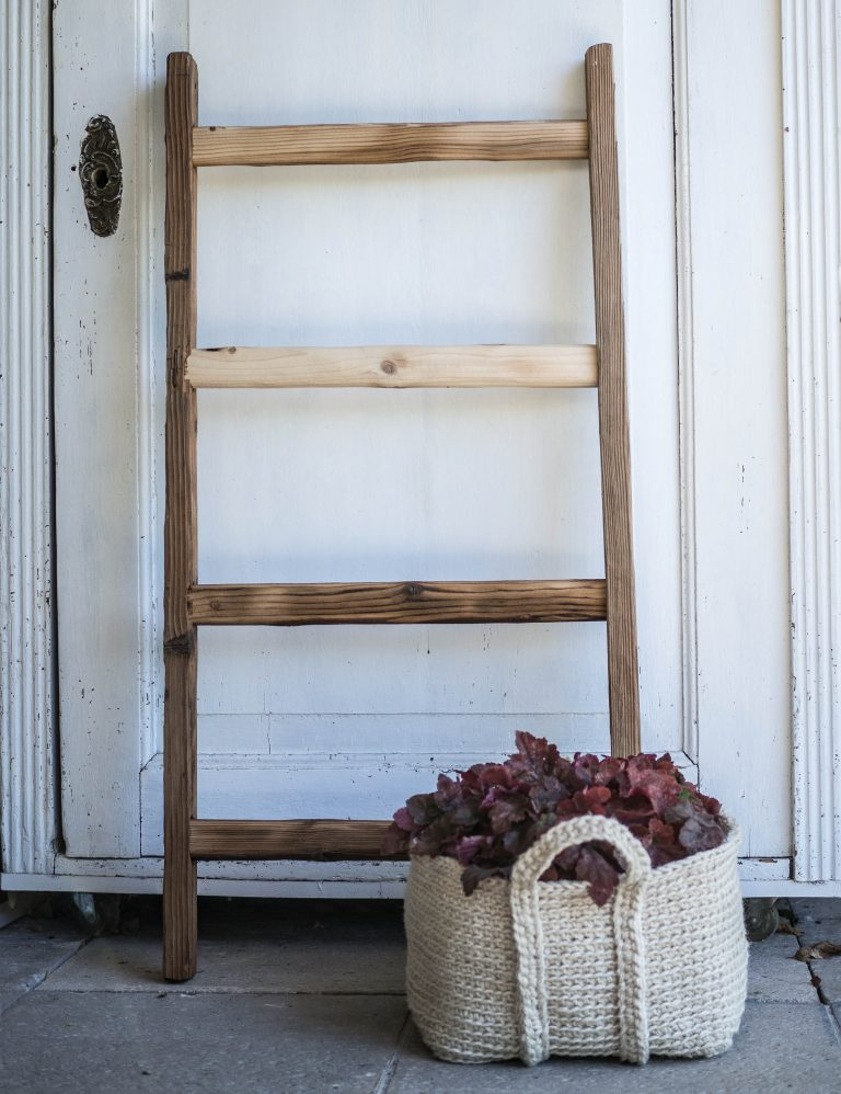 mini rebrík zo starého mäkkého dreva
