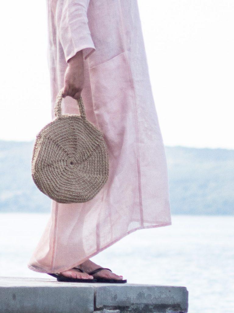 dlhé ľanové šaty & okrúhla taška z jutového špagátu