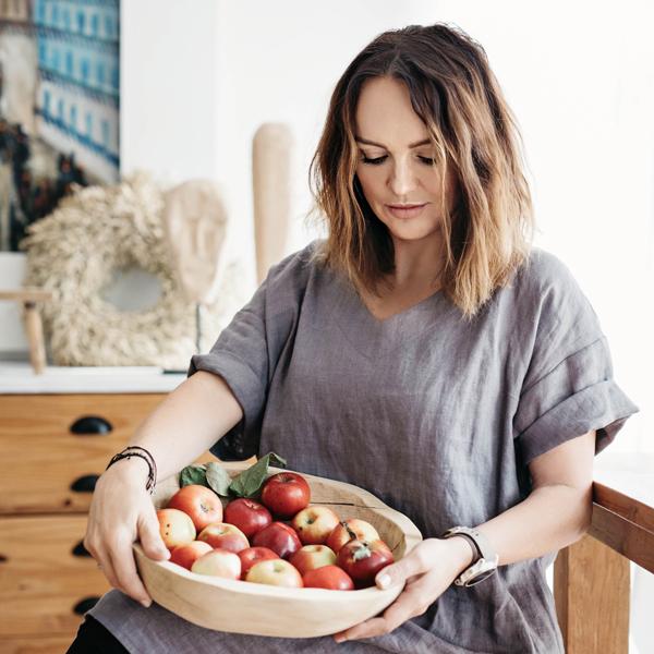 50 arches v jedálni s dubovou misou plnou jabĺčok