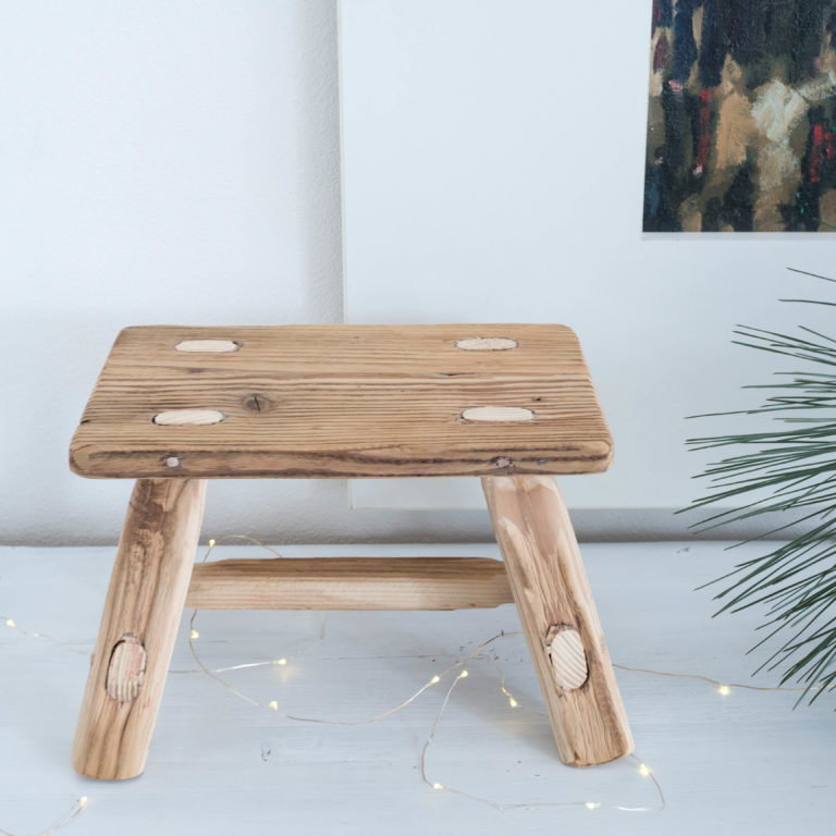 malý drevený stolček